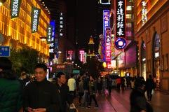 Vista di notte della luce al neon della strada famosa di Nanchino a Shanghai Cina Fotografia Stock Libera da Diritti