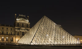 Vista di notte della piramide di vetro Immagini Stock
