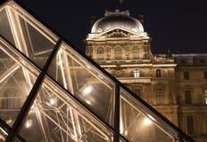 Vista di notte della piramide di vetro Immagini Stock Libere da Diritti