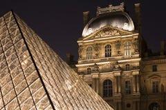 Vista di notte della piramide di vetro Immagine Stock