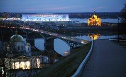 Vista di notte della primavera di Nižnij Novgorod dall'argine fotografia stock