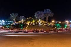Vista di notte della rotonda alla notte in Eilat, Israele fotografie stock libere da diritti