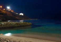 Vista di notte della spiaggia dei balai Fotografia Stock