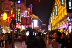 Vista di notte della strada famosa di Nanchino a Shanghai Cina Immagine Stock