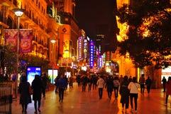 Vista di notte della strada famosa di Nanchino a Shanghai Cina Fotografie Stock Libere da Diritti