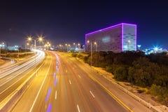Vista di notte della strada principale con il cubo al neon Immagini Stock