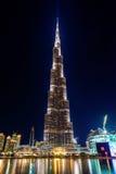 Vista di notte della torre di Burj Khalifa nel Dubai fotografia stock