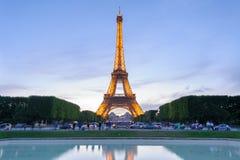Vista di notte della torre Eiffel a Parigi, Francia Immagine Stock