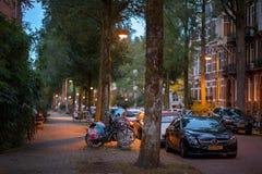 Vista di notte della via di Amsterdam fotografia stock