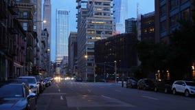 Vista di notte della via del centro di Manhattan video d archivio