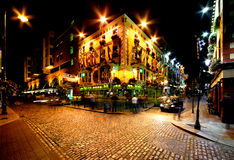 Vista di notte della via di Antivari del tempio a Dublino, Irlanda Immagini Stock