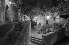 Vista di notte della via e delle case nel centro urbano affascinante del Châteauneuf-de-Gadagne Fotografia Stock