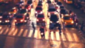 Vista di notte della via moderna della città con le automobili e gente di camminata Bangkok, Tailandia archivi video