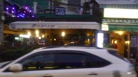 Vista di notte della via di Pasteur in Phnom Penh nella sera archivi video