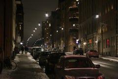 Vista di notte della via a Stoccolma su un'automobile parcheggiata fotografie stock