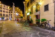 Vista di notte della via stretta a Firenze, Toscana immagini stock