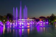 Vista di notte delle fontane di canto in città di Filippopoli Fotografia Stock