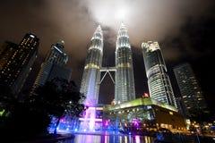 Vista di notte delle torri gemelle di Petronas in Malesia immagini stock libere da diritti