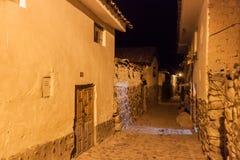 Vista di notte delle vie antiche di Ollantaytambo fotografia stock libera da diritti