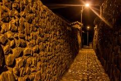 Vista di notte delle vie antiche di Ollantaytambo fotografie stock libere da diritti