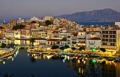 Vista di notte di Aghios Nikolaos Immagine Stock