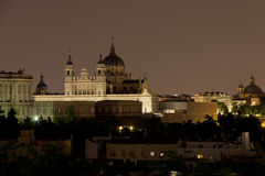 Vista di notte di Almudena Cathedral e di Royal Palace a Madrid Fotografie Stock Libere da Diritti