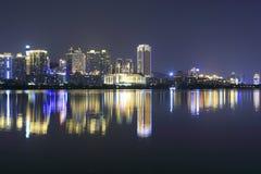 Vista di notte di alta costruzione dal lago del yuandang Fotografie Stock