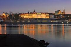 Vista di notte di Città Vecchia, castello reale e del Vistola a Varsavia, Polonia Immagini Stock