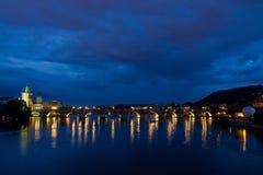 Vista di notte di Karluv la maggior parte del ponticello a Praga. Immagine Stock Libera da Diritti