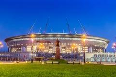 Vista di notte di nuovo ` dell'arena di St Petersburg del ` di calcio sull'isola di Krestovsky a St Petersburg per la coppa del M fotografia stock libera da diritti