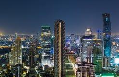 Vista di notte di paesaggio urbano di Bangkok del distretto aziendale Fotografia Stock