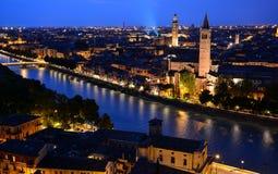 Vista di notte di Roma con San Pietro nei precedenti Immagini Stock