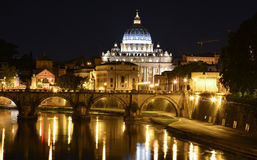 Vista di notte di Roma con San Pietro nei precedenti Fotografia Stock Libera da Diritti
