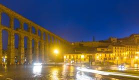 Vista di notte di Segovia con Roman Aqueduct Fotografie Stock Libere da Diritti