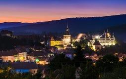 Vista di notte di Sighisoara, Romania dopo il tramonto Fotografia Stock