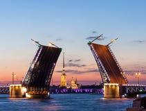 Vista di notte di St Petersburg, ponte aperto del palazzo Fotografia Stock