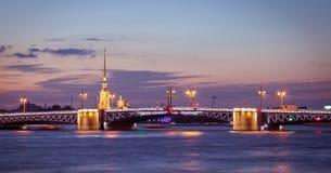 Vista di notte di St Petersburg, ponte del palazzo Fotografie Stock Libere da Diritti