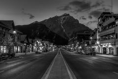 Vista di notte di strret principale del townsite di Banff Fotografia Stock Libera da Diritti