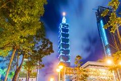 Vista di notte di Taipei 101 e di architettura del centro Fotografia Stock