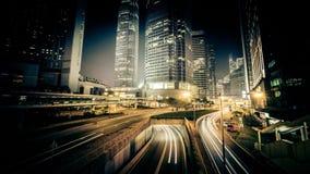 Vista di notte di traffico cittadino moderno attraverso la via Lasso di tempo Hon Kong stock footage