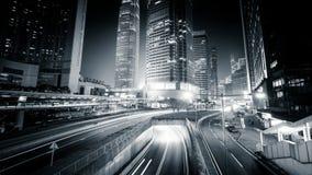 Vista di notte di traffico cittadino moderno attraverso la via Lasso di tempo Hon Kong archivi video