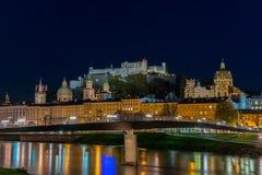 Vista di notte di vecchia città di Salisburgo, Austria Immagini Stock Libere da Diritti