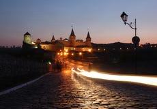 Vista di notte di vecchia fortezza in kamynec-podolskiy Fotografie Stock Libere da Diritti