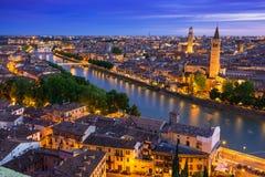 Vista di notte di Verona L'Italia Immagini Stock