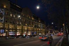 Vista di notte a Hamngatan a Stoccolma, Svezia fotografie stock libere da diritti