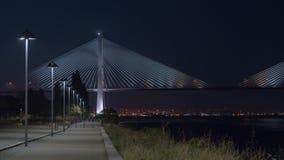 Vista di notte di Lisbona con Vasco da Gama Bridge, Portogallo video d archivio