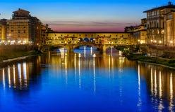 Vista di notte di Ponte Vecchio sopra Arno River a Firenze immagini stock libere da diritti