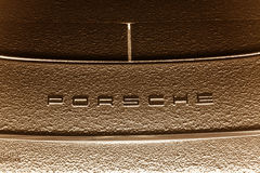 Vista di notte sopra il logotype di Porsche Immagine Stock