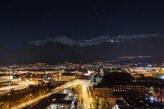 Vista di notte sopra la città di Innsbruck Fotografia Stock