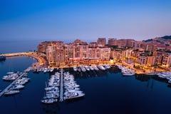 Vista di notte su Fontvieille e sul porto del Monaco fotografia stock libera da diritti